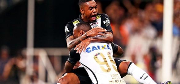 Malcom e Vagner Love comemoram gol corintiano