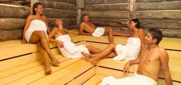 Grupo de personas en una sauna