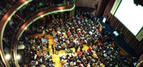 Il teatro Quirino gremito dai sostenitori