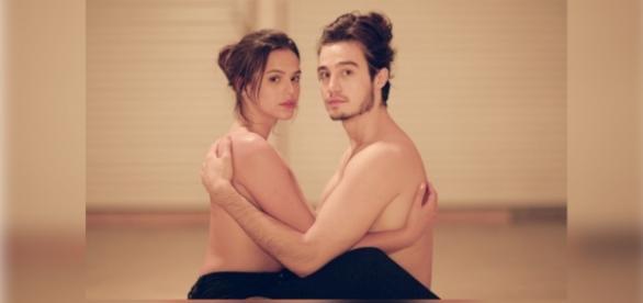 Bruna Marquezine faz topless em clipe
