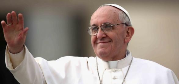 Papa tropeçou pela segunda vez em 3 dias