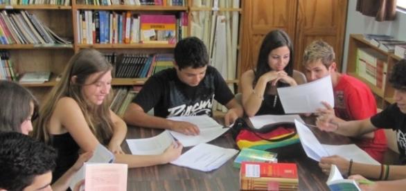 Pessoas estudando para concurso