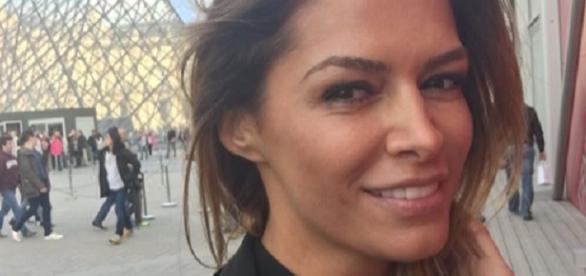 Sabia Bouhlarouz posiert in Paris