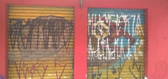 Pichação comercial em duas portas