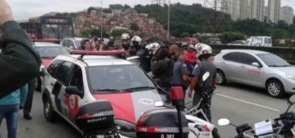 Ponte João Dias é interditada por estudantes