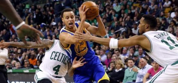 Curry trata de penetrar ante la defensa celtic