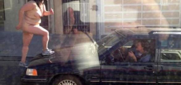 O femeie a protestat pe capota mașinii