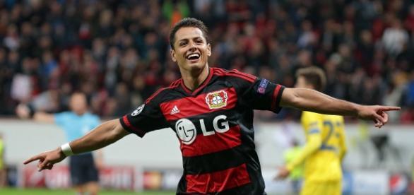 'Chicharito' celebrando un gol en Champions