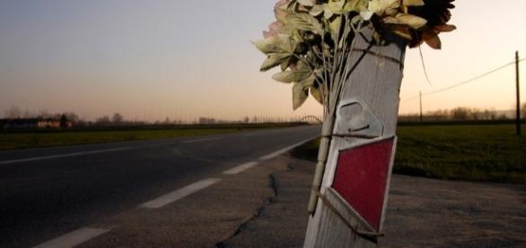 Un mazzo di fiori testimonia un tragico incidente
