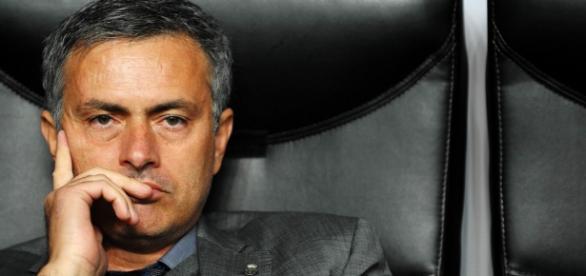 José Mourinho está em dificuldades.