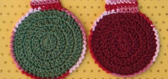 Posavasos a crochet con forma de bolas de navidad