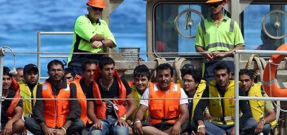 Uchodźcy transportowani na wyspę Manus