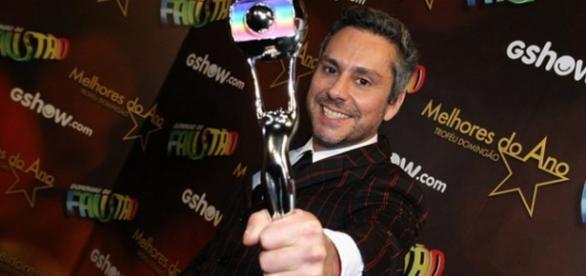 Alexandre Nero recebe prêmio de melhor do ano