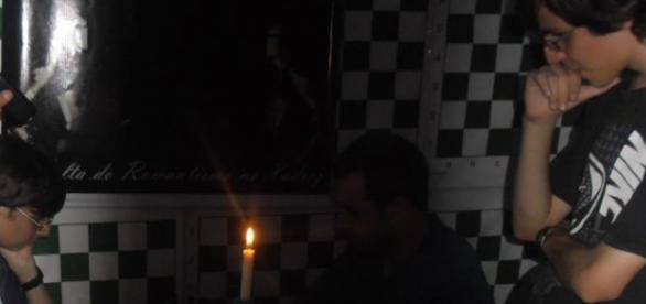 Só super-humanos jogam xadrez à luz de vela