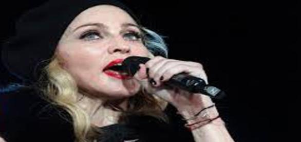 Madonna: show com atrasa na Inglaterra