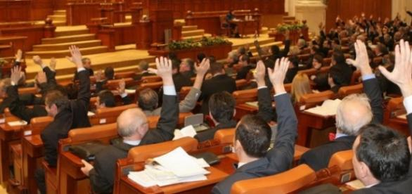 Parlamentarii şi-au votat pensii speciale