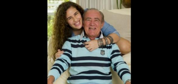 Renato Aragão comenta 1º beijo da filha na TV