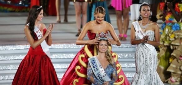 coronación Miss Mundo 2015 por su antecesora