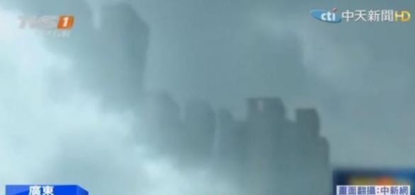 AO olhar para o céu, uma cidade 'surgiu' na névoa