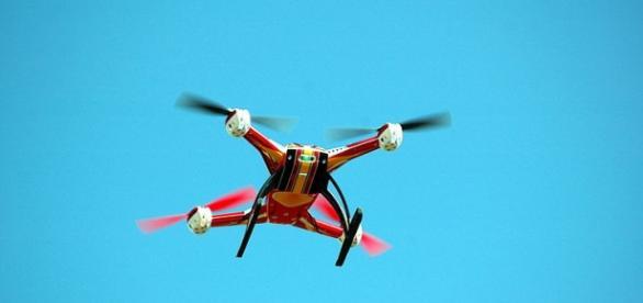 Dron sobrevolando el cielo azul