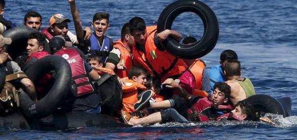 Imigrantes tentando chegar na Europa
