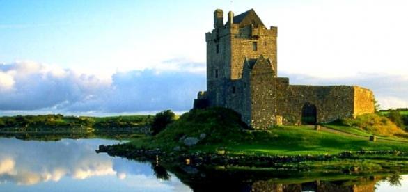 Castel oglindit in apa Irlanda