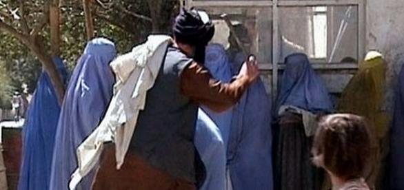 Taliban impunând legea Sharia în public