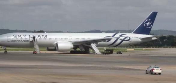Avião faz pouso de emergência (Foto: G1)