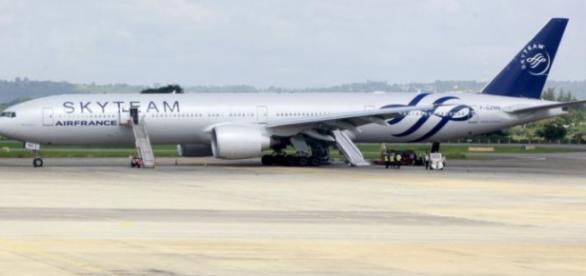 O Boeing 777 parado no Aeroporto de Mombasa.