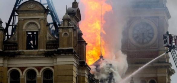 Incêndio consome Museu no centro de São Paulo