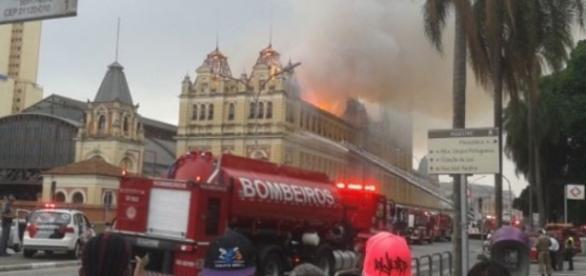 População assiste incêndio no Museu