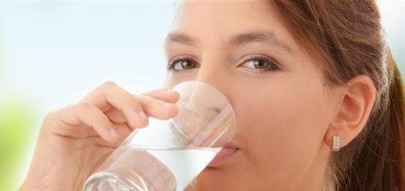 Beber água pela manhã reduz calorias