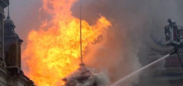 Bombeiro tentando combater as chamas no Museu