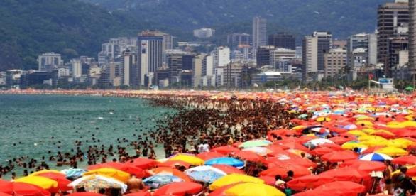 Com o verão, as praias devem ficar lotadas no país