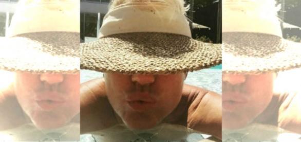 Xuxa Meneghel está de férias e curte piscina