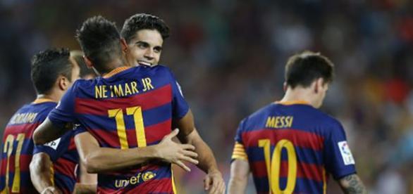 Bartra abraza a Neymar tras un gol del Barcelona