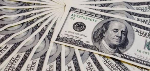 Dólar fecha em baixa, com preço de R$ 3,94