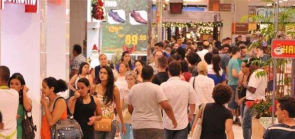 Os corredores do shopping ficaram cheios