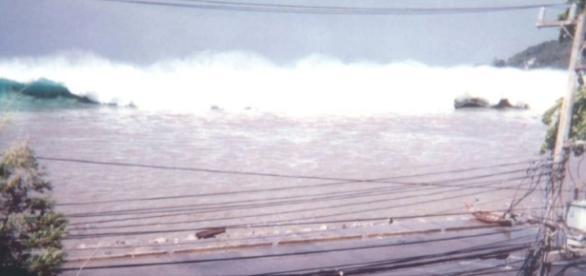 Der Tsunami rast auf Phuket (Thailand) zu