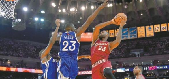 Lebron James, ante la defensa de Draymond Green