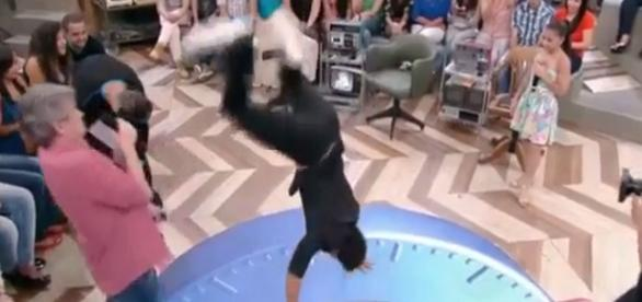 Atleta acerta o apresentador ao vivo