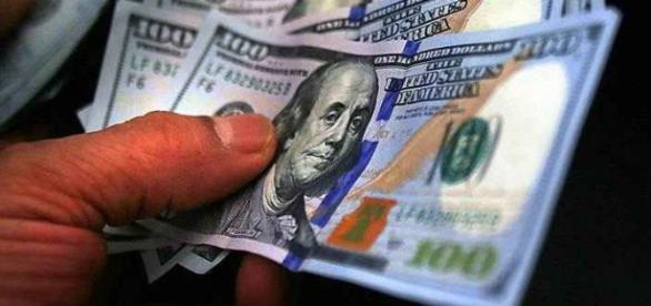 Dólar fecha em baixa na última segunda do ano