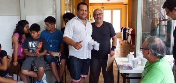 Mestre venezuelano sendo premiado por Pedro Nicola