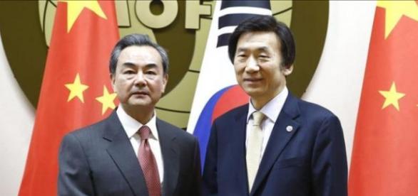 A la derecha el Ministro Surcoreano Yun Byung-Se
