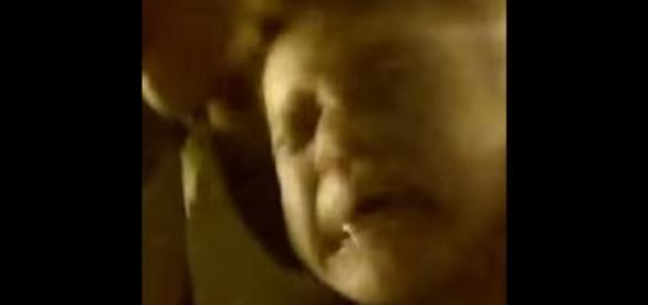 Vídeo mostra mãe torturando e enforcando o filho