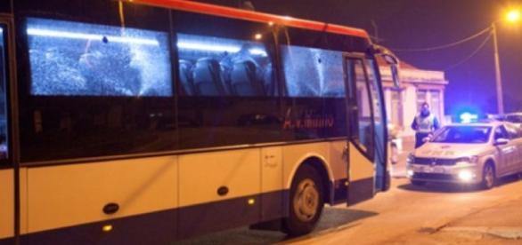 Autocarro atingido com dois tiros