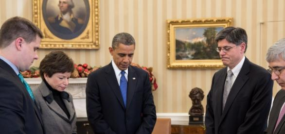 Barak Obama guarda un minuto de silencio