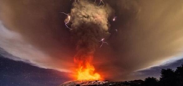 O Vulcão Etna durante a erupção