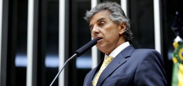 Pedido de impeachment de Dilma é lido