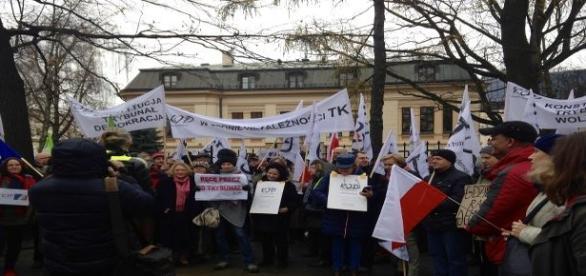 W. Nowicka wśród manifestujących pod TK